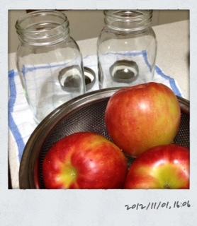 リンゴと保存ビン
